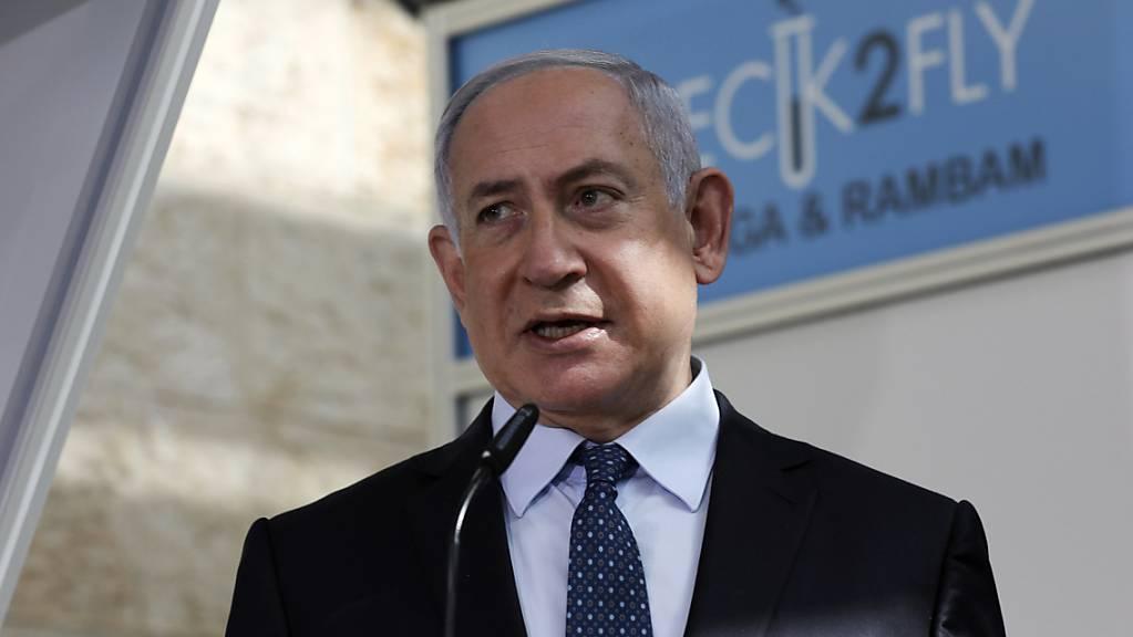 Benjamin Netanjahu, Premierminister von Israel, während seines Besuchs in einer Corona-Teststation am internationalen Flughafen Ben Gurion.