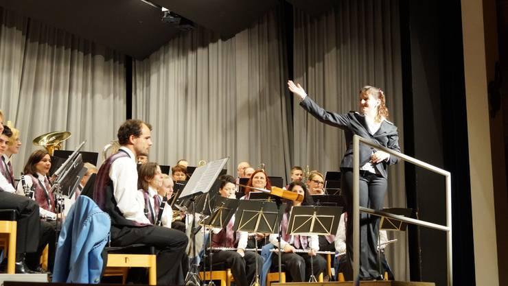 Das erste Mal in der Vereinsgeschichte dirigierte mit Cäcilia Gebhardt eine Frau die Harmonie Birmensdorf am Galakonzert.