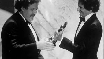 Colin Welland (l) nimmt 1982 einen Oscar für das beste Originaldrehbuch entgegen (Archiv)
