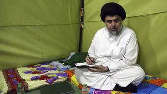 Der schiitische Geistliche Sadr will die irakische Regierung mit einem Sitzstreik zum Handeln gegen die Korruption im Land bewegen.