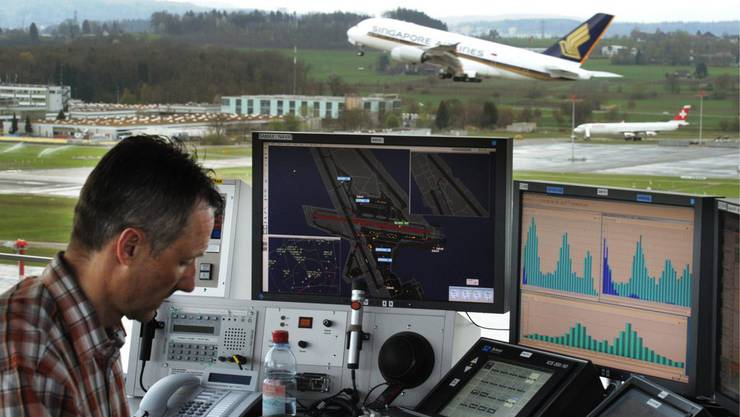 Ein Skyguide-Mitarbeiter regelt den Flugverkehr in Kloten. (Archiv)