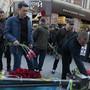 Fünf Jahre nach der Gewalteskalation in Odessa legen Menschen im Gedenken an die 48 Todesopfer Blumen vor dem Gewerkschaftshaus nieder.