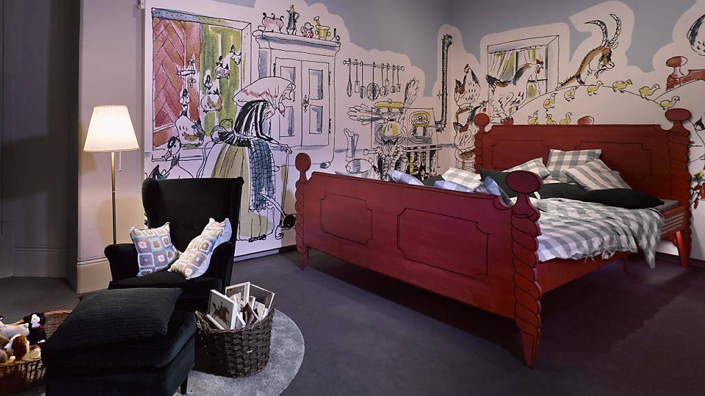 Das riesige Bett von Kätzchen «Pitschi»: Das Landesmuseum Zürich widmet Schweizer Bilderbüchern eine eigene Ausstellung.