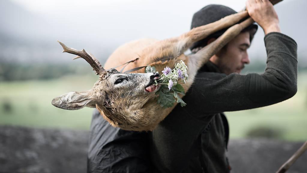 Grausames Töten oder Respekt vor dem Tier? Dem als zweischneidig wahrgenommenen Handwerk der Jagd widmet das Alpine Museum Schweiz eine Ausstellung.