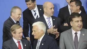 Der irische Premier Enda Kenny (vorne links) spricht mit Jerzy Buzek, dem europäischen Parlamentspräsidenten
