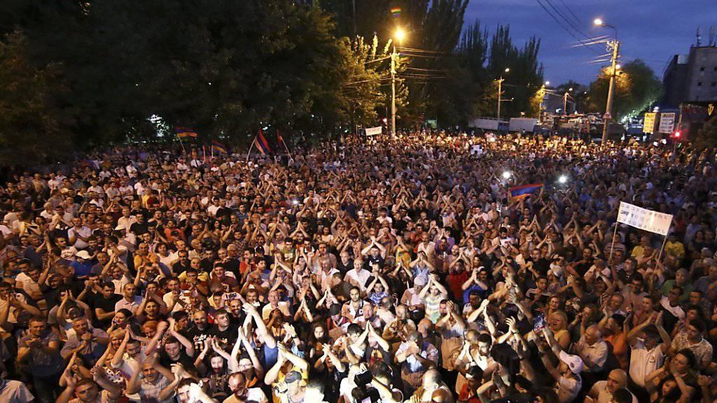 Hunderte Menschen protestierten auf den Strassen Eriwans gegen die Regierung, forderten aber auch ein friedliches Ende der Geiselnahme in einer Polizeistation.