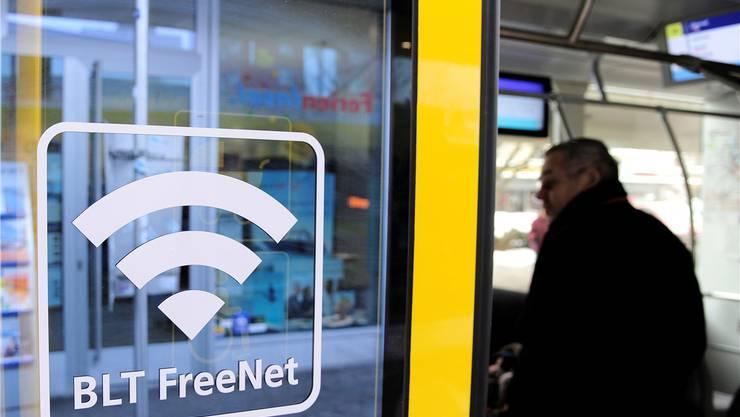 Grosse Aufkleber an den EIngangstüren machen die Fahrgäste auf das neue «BLT-Freenet» aufmerksam.