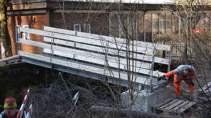 Die Notbrücke überquert den Verenabach.