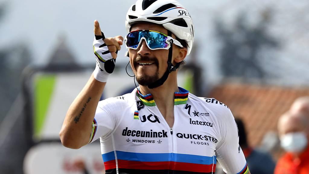 Julian Alaphilippe fährt in Abwesenheit von Vorjahressieger Marc Hirschi an der «Mur de Huy» als Sieger über die Ziellinie - zum dritten Mal nach 2018 und 2019