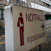 Wegen hoher Kosten: Firmieren Universitätsspital Basel (links) und Kantonsspital Baselland bald unter einem Dach?