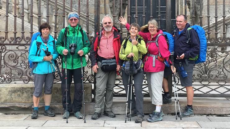 Die Pilgergruppe aus dem Fricktal vor der Kathedrale in Santiago de Compostela Marianne Schraner (v.l.), Hannes Burger, Edwin Rüede, Sabine Rüede, Jaqueline Weiss und Stadtammann Herbert Weiss.