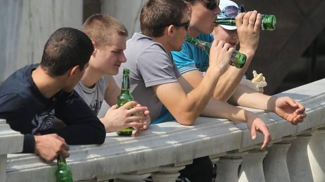 Jugendliche Biertrinker in Moskau: Laut WHO wird in Russland weltweit am meisten Alkohol getrunken (Symbolbild)