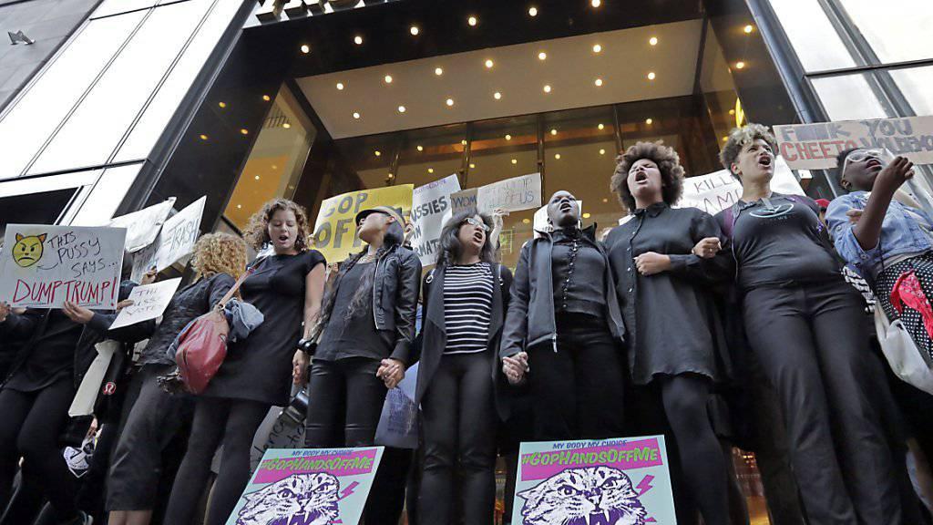 Hier demonstrieren Frauen in Manhattan, die Proteste gegen Trump haben sicher aber längst schon auf das ganze Land ausgebreitet.