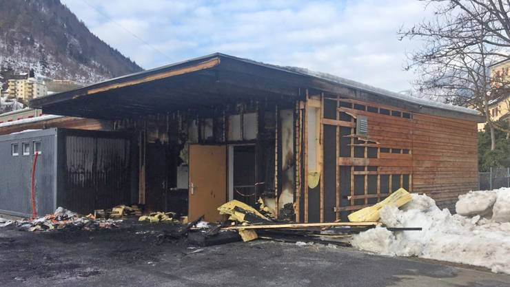 Das Feuer griff über von einem Auto auf die Fassade des Aufenthaltsraumes.