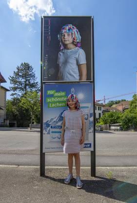Eine der Lampefieber-Kursbesucherinnen vor ihrem Poster mit selbstgemachten Kopfschmuck.