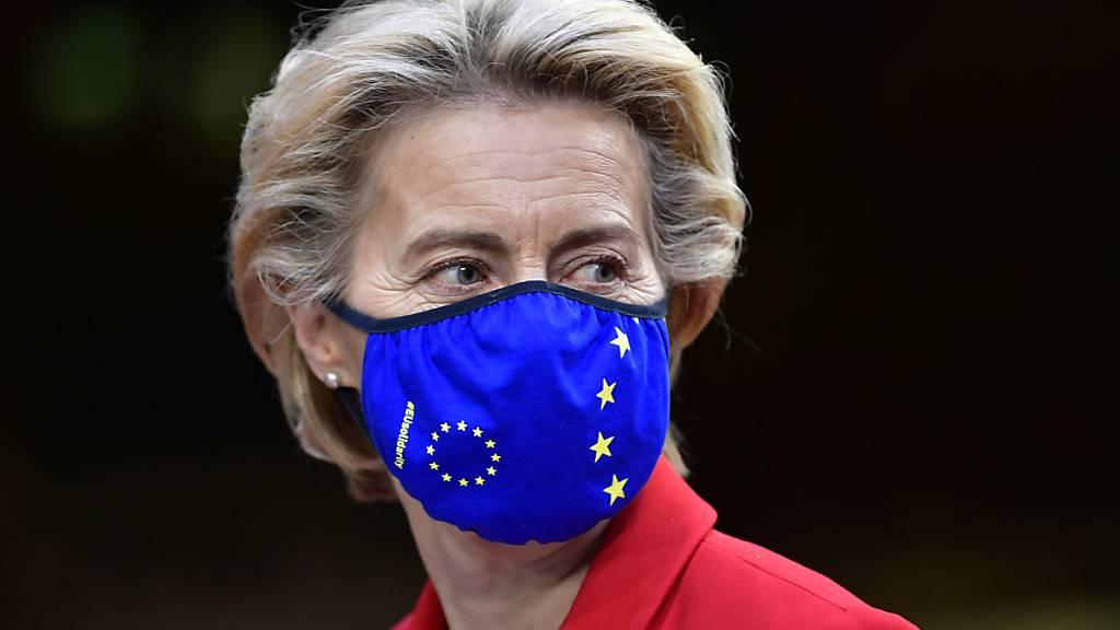 ARCHIV - Ursula von der Leyen, Präsidentin der Europäischen Kommission, verlässt das Gebäude des Europäischen Rates. Ursula von der Leyen hat sich in Corona-Quarantäne begeben. Foto: John Thys/AFP Pool/AP/dpa