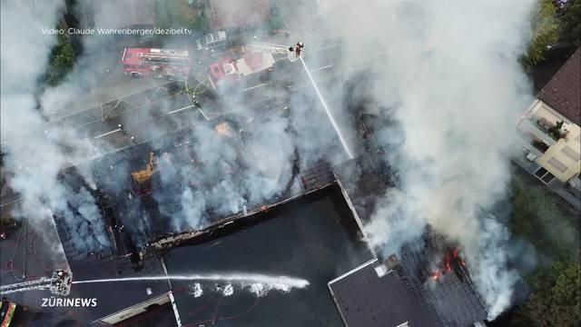 Feuerwehrleute stossen bei Löscheinsatz in Bäch an ihre Grenzen