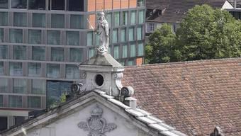 Der goldene Apfel der Marienstatue auf dem Dach der Jesuitenkirche fehlt schon seit längerer Zeit. (Archiv)