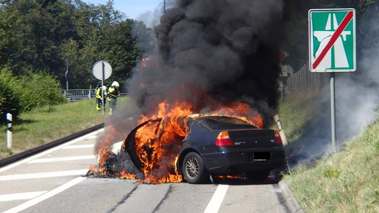 Der Wagen stand bereits im Vollbrand, als die Einsatzkräfte eintrafen.