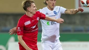 Der Winterthurer Nils von Niederhäusern (links) und Lausannes  Norweger Per-Egil Flo im Kampf um den Ball