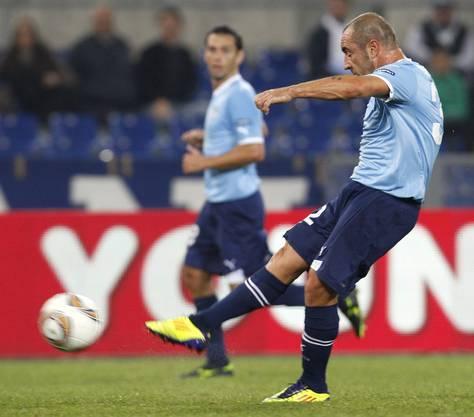 Lazios Mittelfeldspieler Cristian Brocchi bei der Schussabgabe
