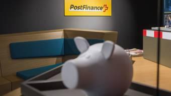 Postfinance, Raiffeisen und ZKB müssen ab 2019 mehr Kapital halten. (Archiv)