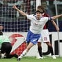 Der finnische Verteidiger Hannu Tihinen freut sich über sein so schönes wie entscheidendes Tor im Champions-League-Auswärtsspiel des FCZ gegen die AC Milan