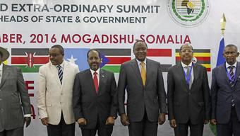 Die Teilnehmer posieren für das erste hochrangige Treffen in Somalia seit 1974. Ganz links der ugandische Präsident Yoweri Museveni, dritter von links ist der somalische Präsident Hassan Sheikh Mohamud und vierter von links der kenianische Präsident Uhuru Kenyatta.