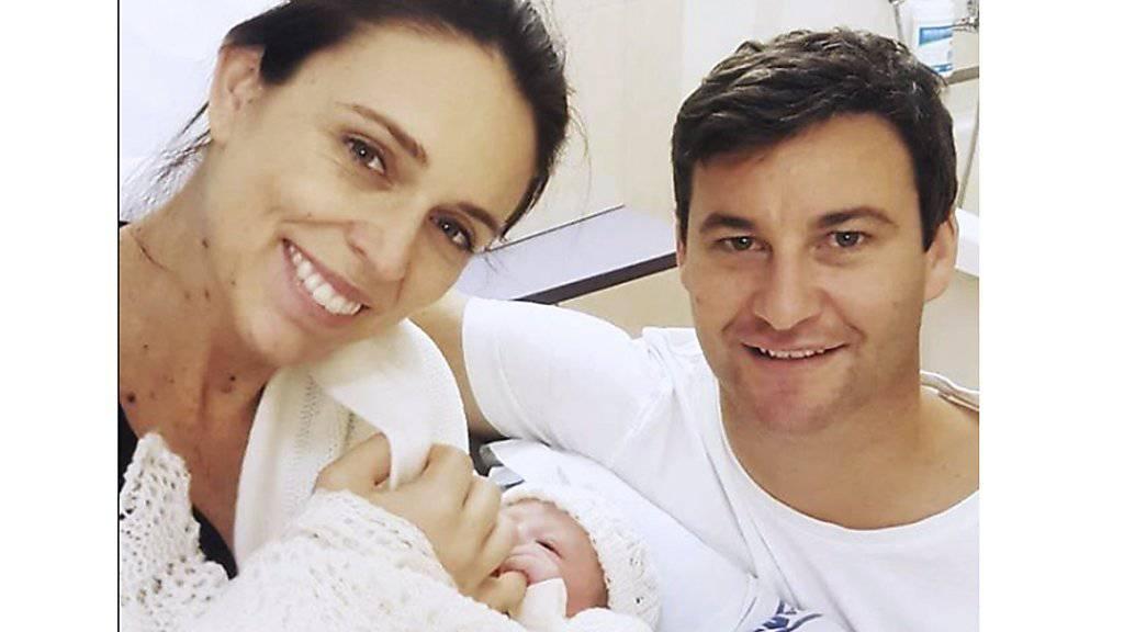 Mit diesem Photo präsentiert Neuseelands Regierungschefin ihr neugeborenes Baby.