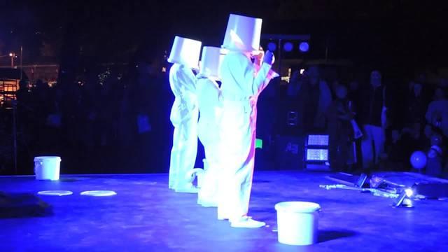 Bunte Unterhaltung zur Eröffnung: die Artistengruppe Coloro auf der Bühne.