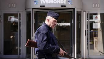 Ein französischer Polizist vor dem Hauptsitz von TV5-Monde.