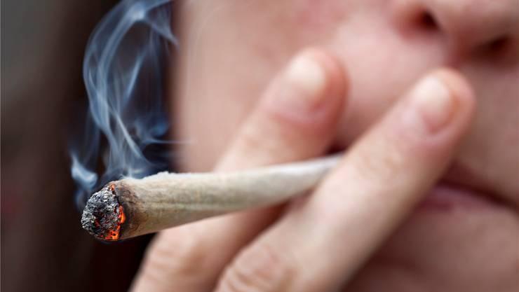 Schätzungen zufolge konsumieren 300'000 Personen in der Schweiz regelmässig Cannabis.
