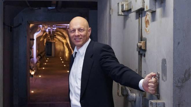 DSwiss-CEO Tobias Christen in den Gängen des unterirdischen Datenzentrums.
