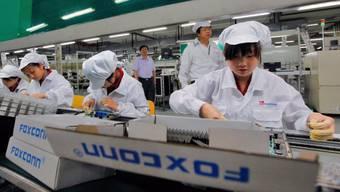 Der Apple-Zulieferer Foxconn steht seit Jahren wegen der teils schlechten Arbeitsbedingungen unter Beschuss. Nun wurde bekannt, dass das chinesische Unternehmen Schülerinnen und Schüler zu lange arbeiten liess. (Archivbild)