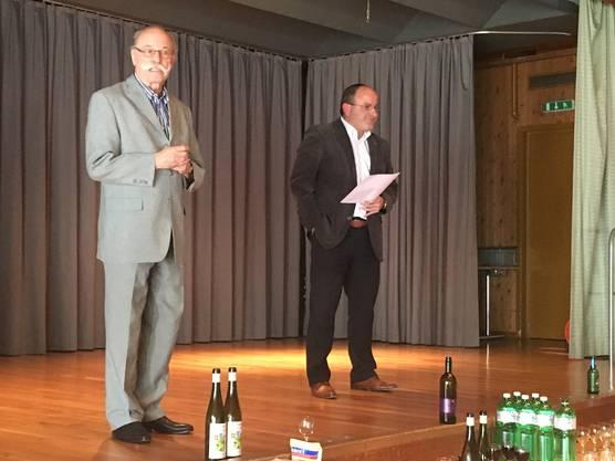Die Spannung steigt: Gemeindeschreiber Pierluigi Chiodini (rechts) und der abtretende Gemeindepräsident Paul Studer kurz vor der Resultateverkündigung in der Gemeindescheune.