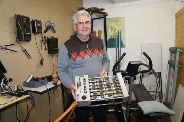 Max Leuzinger zeigt einen Apparat, auf welchem Dauerwellenklammern erhitzt wurden.