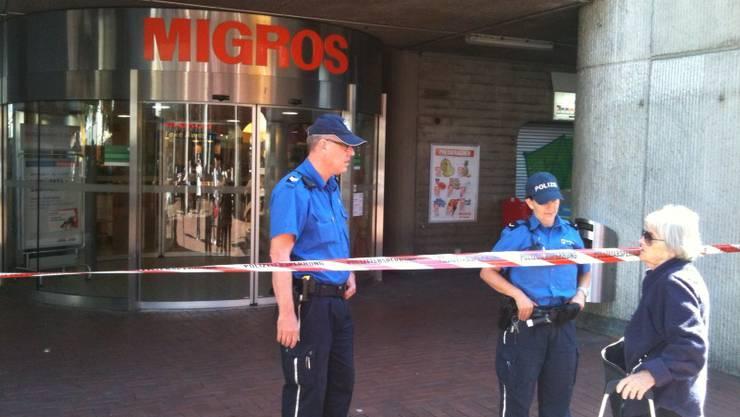 Die Polizei hat die Migros in Brugg abgesperrt