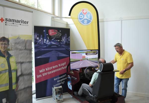 An vielen Ständen konnten die Besucher selbst aktiv sein: Mit einem Fahrsimulator zeigt die TCS Sektion Aargau den Besuchern Folgen des Fahrens unter dem Einfluss von Alkohol oder bei Glatteis.