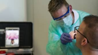 Das BAG empfiehlt Tests für alle Patienten mit Symptomen von Covid-19. (Symbolbild)