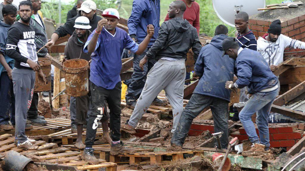 Helfer suchen nahe von Durban nach Opfern in einem zusammengestürzten Haus