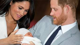 Meghan und Harry mit Archie Harrison Mountbatten-Windsor in der St.George's Kapelle auf Schloss Windsor.