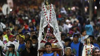 Nicht aus Fleisch und Blut - aber dennoch: die Jungfrau von Guadalupe, getragen von Pilgern in Mexiko-Stadt.