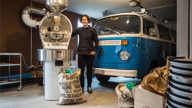 Simone Meier röstet zusammen mit Denise Morf Kaffee – die Arbeit erfordert viel Konzentration und Erfahrung. Dominic Kobelt
