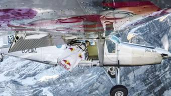 Basejumper springen in das Pilatus-Flugzeug.