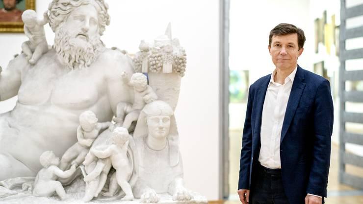 """Interview mit Kumu-Direktor Josef Helfenstein. Er steht im 2. Stock, Story 4 """"Wunderliches aus dem Kabinett des Jacob Burckhardt"""" links neben ihm ein Teil der """"Nil-Gruppe"""" von Malpieri"""