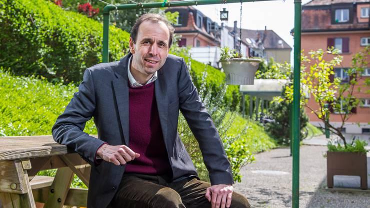 «In der Finanzbranche gibt es Massstäbe, die im normalen Leben nicht gelten»: Tobias Straumann im Garten vor seiner Wohnung in Zürich Wipkingen.
