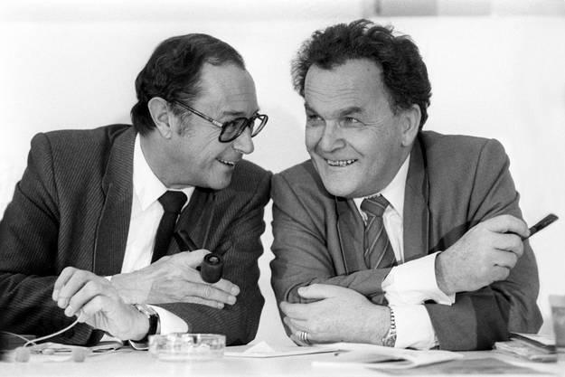 Bundesräte Pierre Aubert und Otto Stich im Gespräch