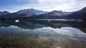 Die Bergkette des Piz Corvatsch spiegelt sich im Silsersee (Archiv)