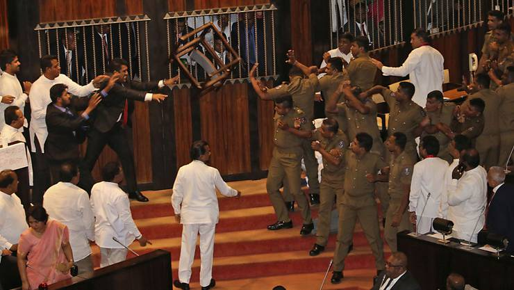 Chaotische Szenen im Parlamentsgebäude in Colombo, Sri Lanka: Abgeordnete werfen Stühle und Chilipulver.
