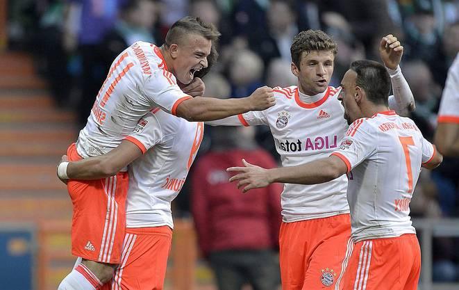 Bayern-Jubel nach dem 2:0:Xherdan Shaqiri auf den Schultern von Mario Mandzukic, Thomas Müller und Franck Ribéry.